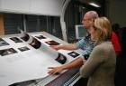 """Andrucken in Passau: Unsere Grafikerin Kaj Ritter kontrolliert mit Autor und Fotograf Olaf Haensch die Druckdaten für das von ihr gestaltete Buch """"NachtZüge"""", welches Anfang Dezember im Buchhandel erscheint."""